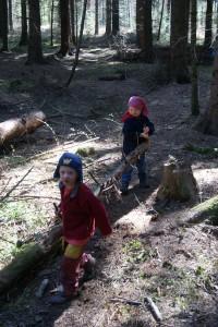 Kleine Förster bei der Arbeit. Im Wald gibt es immer etwas zu tun.